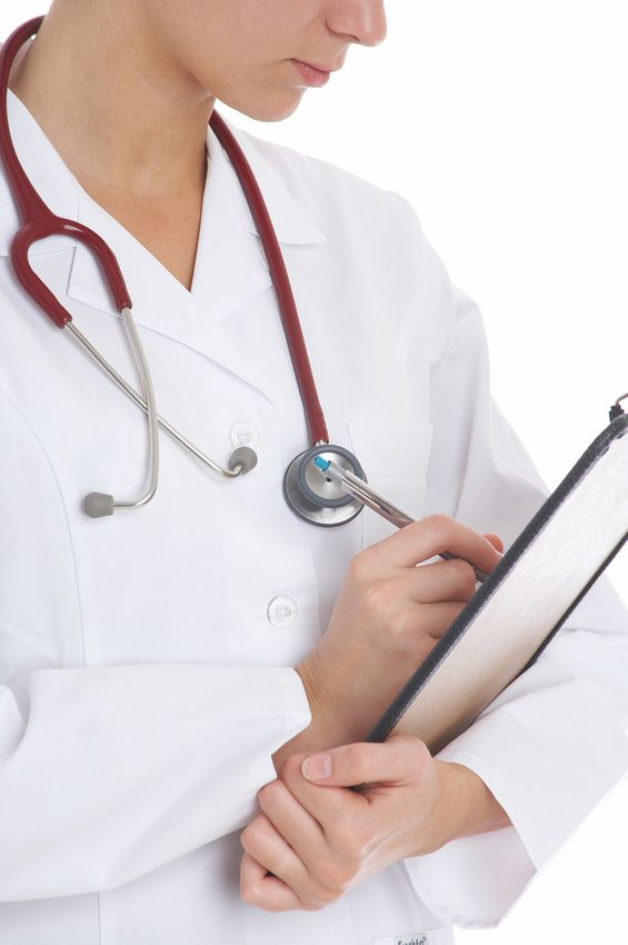 Ärztin schreibt im Krankenblatt