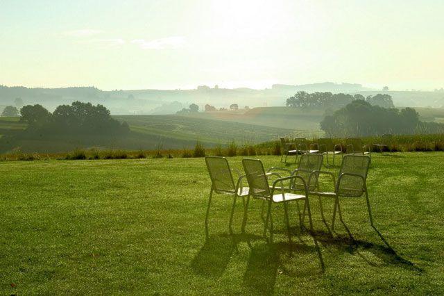 Stühle auf einer Wiese